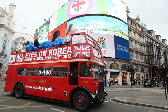 London's iconic double-decker bus helps to publicize the summer festival All Eyes On Korea, going on a city tour around Westminster Palace, Piccadilly Circus, and Trafalgar Square among other popular destinations as the 100-day countdown begins for the London Olympics 2012 on April 17 (photo: Yonhap News).