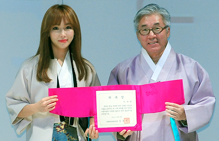 Minister of Culture, Sports & Tourism Kim Jongdeok (right) and actress Lee Yoo-ri pose for a photo. Lee was appointed as a Hanbok PR ambassador.