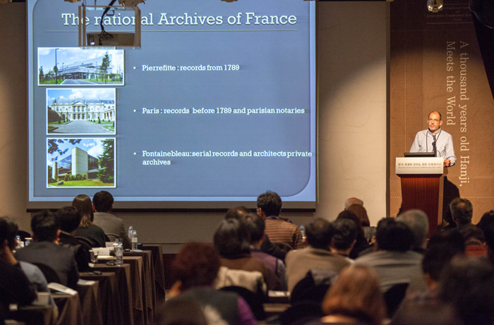 (Top) Book conservator Alessandro Sidoti of the National Library of Florence, Italy, and conservation manager Laurent Martin of the National Archives of France (bottom) emphasize the excellence of traditional Hanji paper during the 'International Seminar on Innovative Traditional Korean Paper, Hanji,' on December 19.