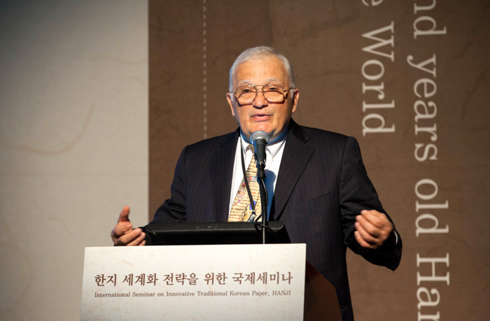 Journalist and cultural historian Nicholas Basbanes delivers the keynote speech during the 'International Seminar on Innovative Traditional Korean Paper, Hanji' on December 19.