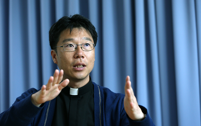 Father Kim Sung-tae Joseph of the Hapdeok Catholic Church says that the priests in Hapdeok-ri and Gongse-ri made ointments and distributed them to local residents. (photo: Jeon Han)