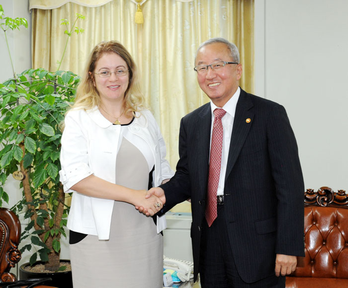 Prime Minister Hyun Oh-seok (right) shakes hands with GCF executive director appointee Hela Cheikhrouhou (photo courtesy of Ministry of Strategy and Finance).