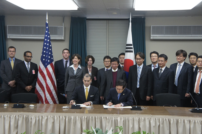 Korean Vice Minister Yoon Jong-lok of the MISP (front row, right) and Deputy Assistant Secretary of State Daniel Sepulveda sign an MOU at the forum. (photo courtesy of the MISP)