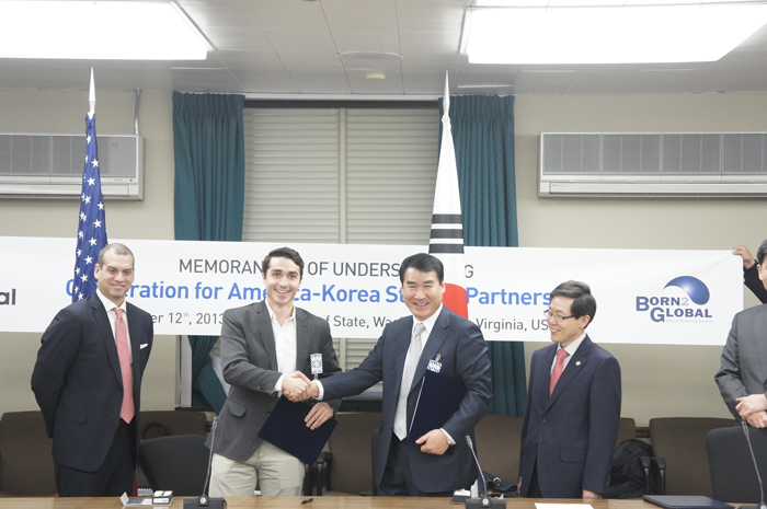 Oh Duk-whan (second from right), head of the Global Start-up Centre, and Adam Stella, vice president of Up Global, shake hands after signing an MOU. (photo courtesy of the MISP)