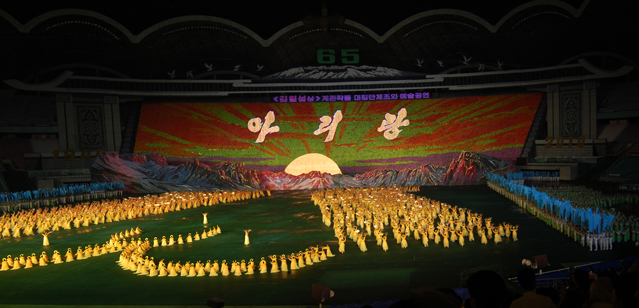 The Arirang Festival in Pyongyang in 2010 utilized dancing, live music, projections, and large-scale mosaics formed by 30,000 schoolchildren holding colored card flipbooks (photo used on Korea.net with permission of the photographer; may not be reused elsewhere without the permission of Korea.net).