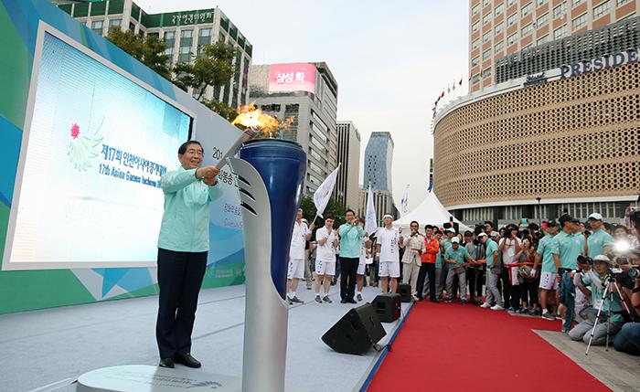 Seoul Mayor Park Wonsoon Lights The Flame In Seoul Plaza On September