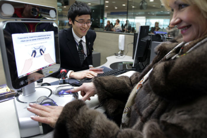 An overseas tourist waits for fingerprint and face recognition scans upon arrival at Incheon International Airport (photo: Yonhap News).