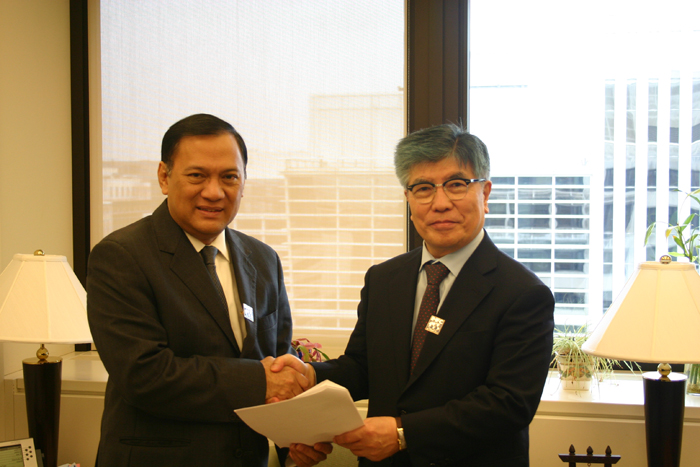 Bank of Korea Governor Kim Choong-soo (right) and his Indonesian counterpart D.W. Martowardojo pose for a photo on October 12 after agreeing on a currency swap valued at USD 10 billion. (photo courtesy of the Bank of Korea)