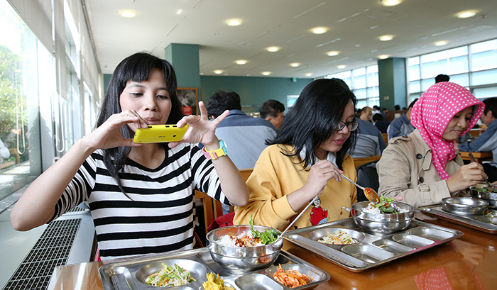 Three invited readers have lunch with Korea.net. (photo: Jeon Han)