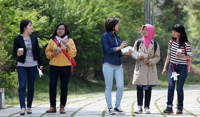 Visitors talk with members of the Korea.net team, walking around the grounds of the National Museum of Korea after lunch. (photo: Jeon Han)