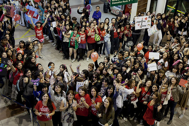 Nearly 400 JYJ fans gathered at the Santiago International Airport early in the morning on March 8 to greet JYJ (Photo: Yonhap News).