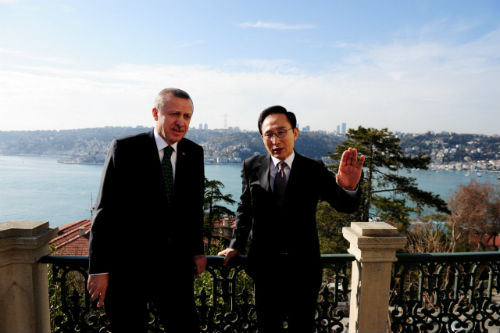 President Lee holds a talk with Turkish Prime Minister Erdogan on February 5, discussing a wide range of issues including the Korea-Turkey FTA