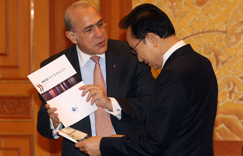 Secretary General Jose Angel Gurria Trevino of the OECD and President Lee Myung-bak