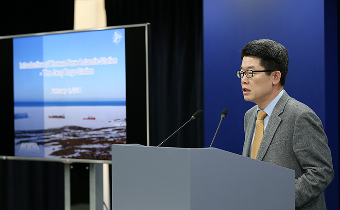 Director General of the MOF's Marine Industry Policy Bureau Kim Yangsoo talks about the new Jang Bogo Antarctic Research Station during the press conference in Seoul. (Photo: Jeon Han)