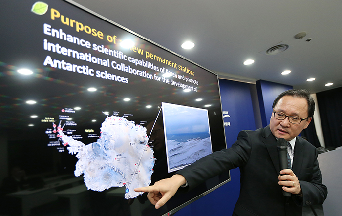 KOPRI President Kim Yeadong explains the location of the Jang Bogo Antarctic Research Station during the press conference in Seoul on February 6. (Photo: Jeon Han)