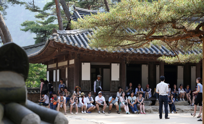 Visitors listen as the tour guide tells the life story of Joseon's sixth monarch, King Danjong, in the Cheongnyeongpo complex in Yeongwol Country, Gangwon-do, on May 31. (photo: Jeon Han)