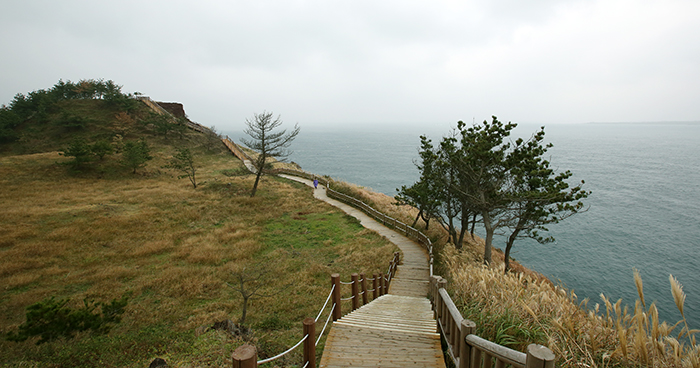 Jeju Olle Trail No. 10 offers a panoramic view of the wide open sea.