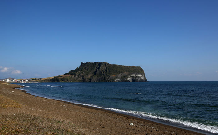 Located off the eastern tip of Jejudo Island, the Seongsan <i>Ilchulbong</i> is created by the explosion of an underwater volcano. This is also one of the <i>oreum</i>, or tiny volcanic zones, scattered across the island.