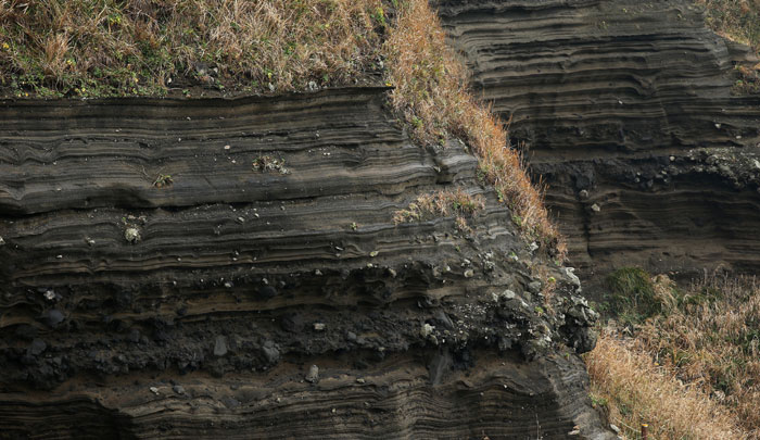 The Suwolbong Volcanic deposits near Gosan Port on Jejudo Island show volcanic rock that has penetrated the higher soil levels due to the force of the explosion of an underwater volcano.
