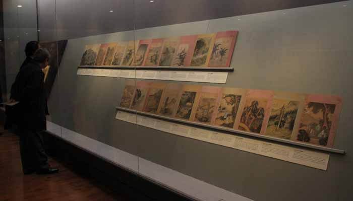 Visitors appreciate the album of Jeong Seon's paintings, on display at the National Palace Museum of Korea. (Photo: Sohn JiAe)