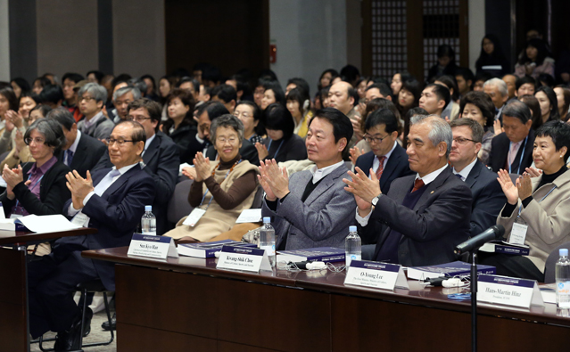 Front row, from right: Minister of Culture, Sports and Tourism Choe Kwang-shik and Chairman Han Seon-gyo of the Committee on Culture, Sports, Tourism, Broadcasting and Communications attend the symposium (photo: KOCIS).