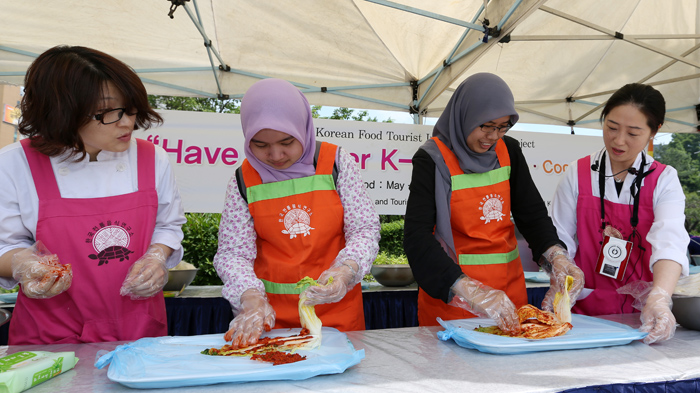Visitors from Malaysia are given a one-on-one lesson on the kimchi-making process.