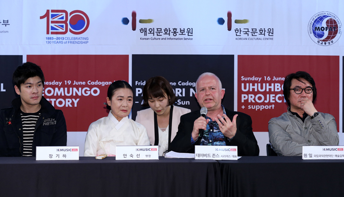 David Jones (second from right), director of SERIOUS, explains the concept and plan of K-Music Festival 2013 which will start on June 14 in London (photo: Jeon Han).