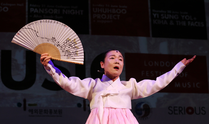 "Pansori master Ahn Sook-sun performs an excerpt from ""Heungboga"" on May 2 at a showcase held at Olleh Square (photo: Jeon Han)."