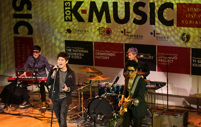 Jang Kiha and the Faces perform their hit songs at the showcase held at Olleh Square (photo: Jeon Han).