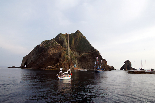 Yachts pull up to Dokdo, the islets which mark the easternmost point of Korean territory. Dokdo has been recognized as being under Korea's sovereignty since as early as 512 A.D. and remains so today in accordance with international law (photo courtesy of Korea Cup Organizing Committee).