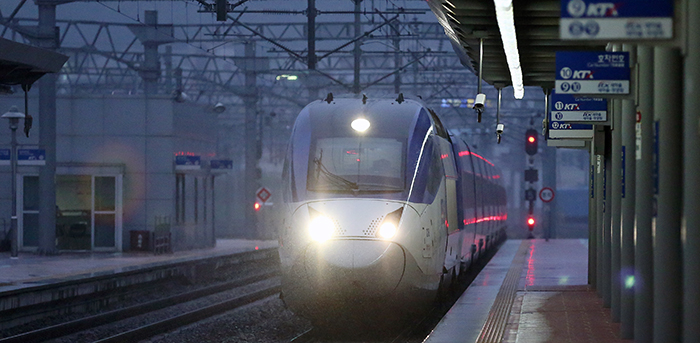 KORAIL's KTX train at Yongsan Station heads for South Jeolla Province. (photo: Jeon Han)