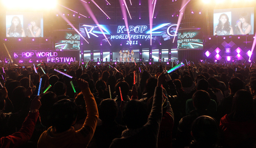 Over 10,000 people attended the first K-Pop World Festival in Changwon in 2011, where festival contestants performed alongside some of the biggest K-pop acts. Pictured is a congratulatory performance by SISTAR (photo: Yonhap News).