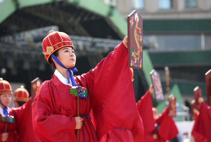 To celebrate Emperor Gojong's coronation, dancers perform a group dance, the <i>parilmu</i> (팔일무, 八佾舞), at Seoul Plaza on Oct. 14.