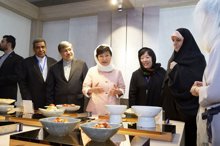 President Park Geun-hye (center) tours the Hansik Zone at the K-Culture Exhibit at the Milad Tower in Tehran on May 2. She underscored the importance of the exhibit by saying that, 'Making kimchi with ingredients like tomatoes and onions, which Iranians can find quite easily, shows that our two culinary traditions are quite compatible.'