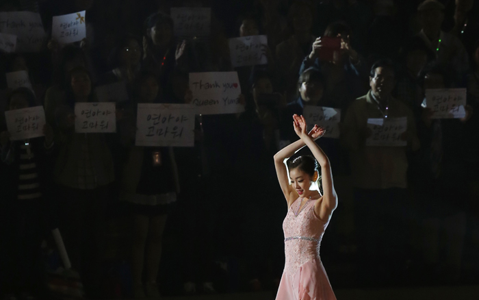 "Kim Yuna circles the rink to greet cheering fans as they hold placards that say, ""Thank you, Yuna!"" after her final ice show at the Olympics Gymnastics Stadium on May 6. (photos: Yonhap News)"