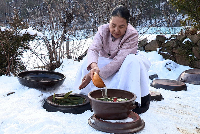 Kimjang kimchi, or kimchi stored underground after being made during kimjang, is delicious and offers a tasty chewy texture throughout the winter. (Photo courtesy of the Cultural Heritage Administration)