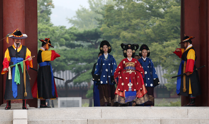 Lady Hyegyeonggung, the mother of King Jeongjo, leaves the Donhwamun Gate of Changdeokgung Palace as a part of the 2017 King Jeongjo Tomb Parade, in Seoul on Sept. 23.