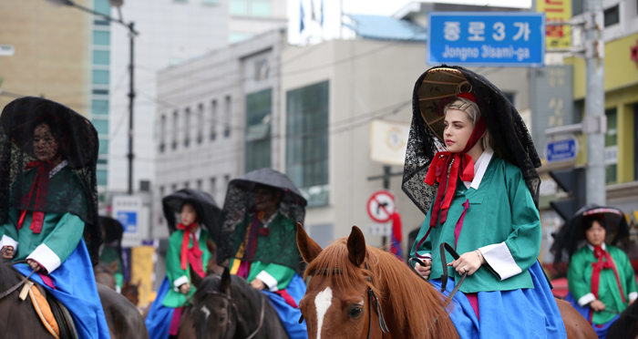 Dasha Zrazhevskaya, who played the part of a court lady in the 2017 King Jeongjo Tomb Parade, rides a horse toward Jonggak in Seoul on Sept. 23.