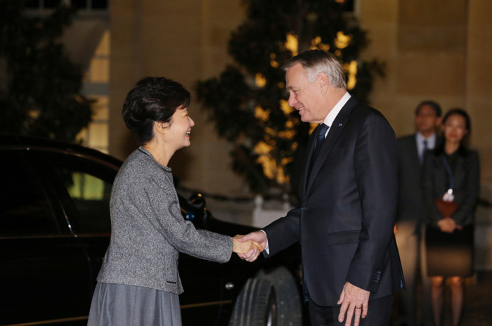 President Park Geun-hye (left) is greeted by French Prime Minister Jean-Marc Ayrault prior to a dinner banquet held in Paris on November 4. (Photo: Cheong Wa Dae)