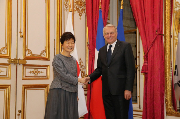 President Park Geun-hye (left) and French Prime Minister Jean-Marc Ayrault shake hands at a dinner banquet held in Paris on November 4. (Photo: Cheong Wa Dae)