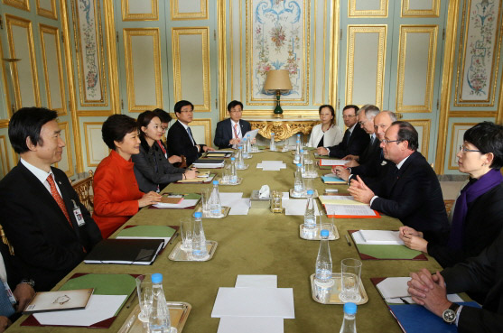 President Park Geun-hye (second from left) attends the Korea-France summit meeting on November 4 at the Élysée Palace in Paris. (Photo: Cheong Wa Dae)