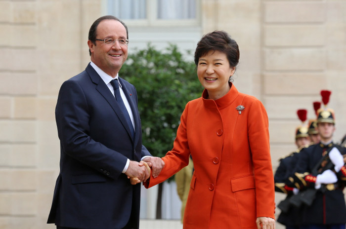 President Park Geun-hye (right) shakes hands with French President François Hollande on November 4 before having summit talks at the Élysée Palace in Paris. (Photo: Cheong Wa Dae)