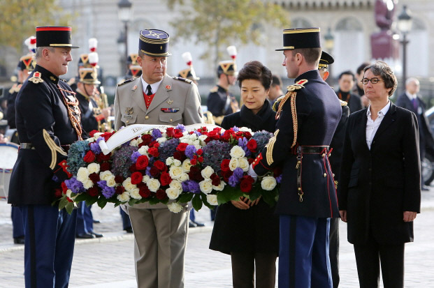 President Park (third from right) offers flowers at the Tomb of the Unknown Soldier at the Arc de Triomphe in Paris on November 4. (Photo: Cheong Wa Dae)