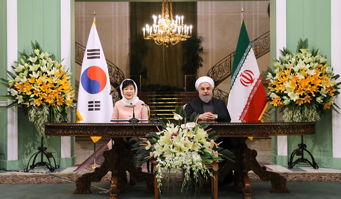 President Park Geun-hye (left) holds a summit and a joint press conference with Iranian President Hassan Rouhani at the Sa'dabad Palace in Tehran on May 2.