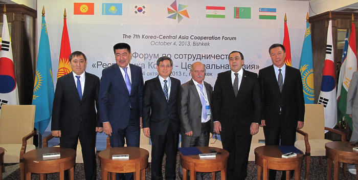 After signing an MOU at the 7th Korea-Central Asia Cooperation Forum, in Bishkek, Kyrgyzstan, on October 4, the participants pose for a photo. (photo courtesy of KFS)