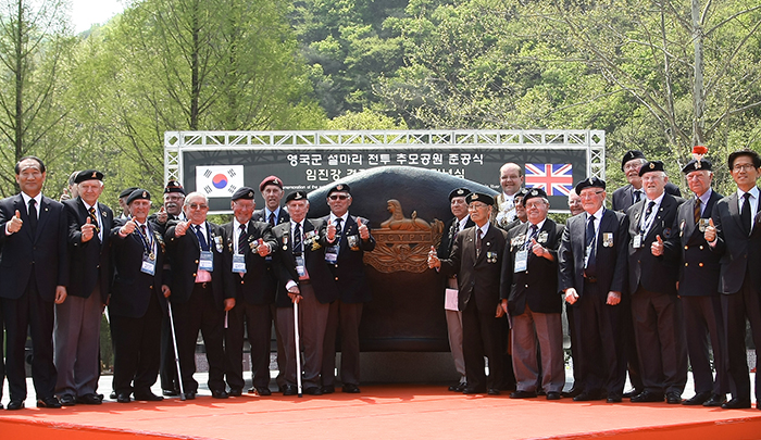 Commonwealth veterans gather in front of the commemorative statue on April 23 during the opening ceremony for the Gloster Hill Memorial Park. (photo courtesy of the Ministry of Patriots' and Veterans' Affairs)