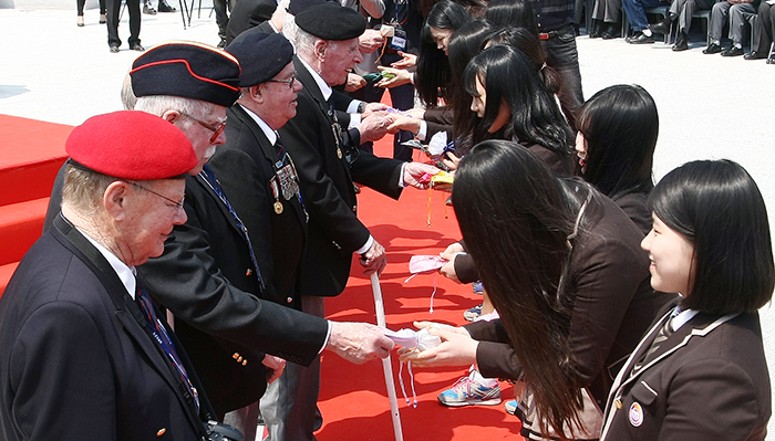 Commonwealth veterans award scholarships to high school students on the 63rd anniversary of the hard-fought Battle of the Imjingang River at the Gloster Hill Memorial Park on April 23. (photo courtesy of the Ministry of Patriots' and Veterans' Affairs)