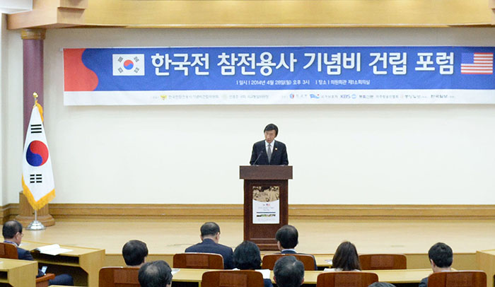 Minister of Foreign Affairs Yun Byung-se delivers congratulatory remarks on April 28 during the unveiling ceremony for the commemorative statue of Korean War veterans. (photo courtesy of the Ministry of Patriots' and Veterans' Affairs)