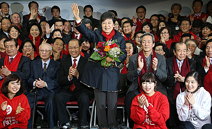 President-Elect Park Geun-hye thanks party officials for her victory at Saenuri Party headquarters in Yeouido, western Seoul (photo: Yonhap News).