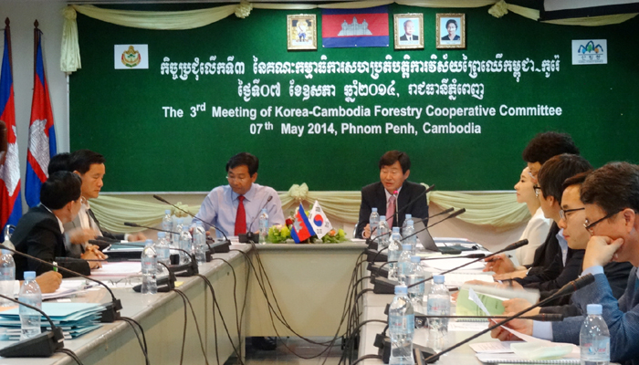 Director Lee Chang-jae of the Global Forest Resources and Trade Division of the Korea Forest Service (center, right), Director General Chheng Kimsun of the Cambodian Forestry Administration (center, left) and other representatives attend the 3rd Korea-Cambodia Forest Cooperation Committee meeting held in Phnom Penh, Cambodia, on May 7. (photo courtesy of the Korea Forest Service)